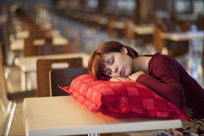 Избыточная дневная сонливость – очевидный признак неполноценного отдыха