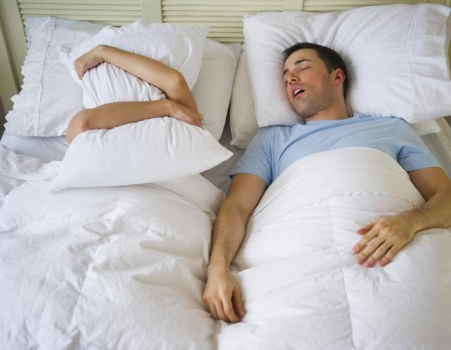Мужчины во сне храпят в два раза чаще женщин, но проблемой это становится и для тех, и для других