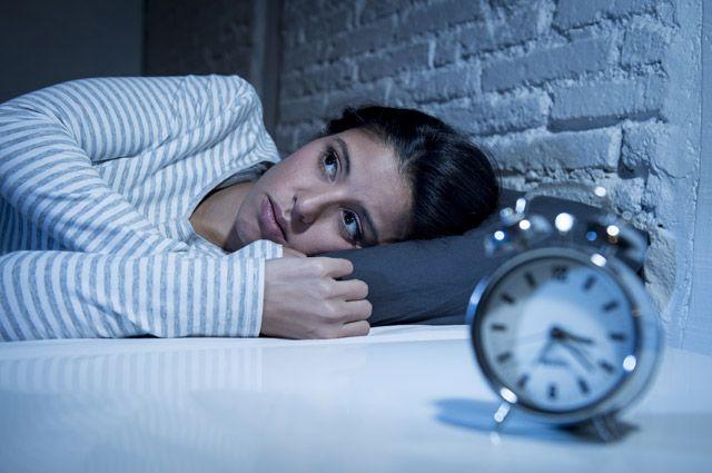 Неспособность заснуть ночью держит человека в напряжении, что также ведет к проблемам физиологического и психологического характера