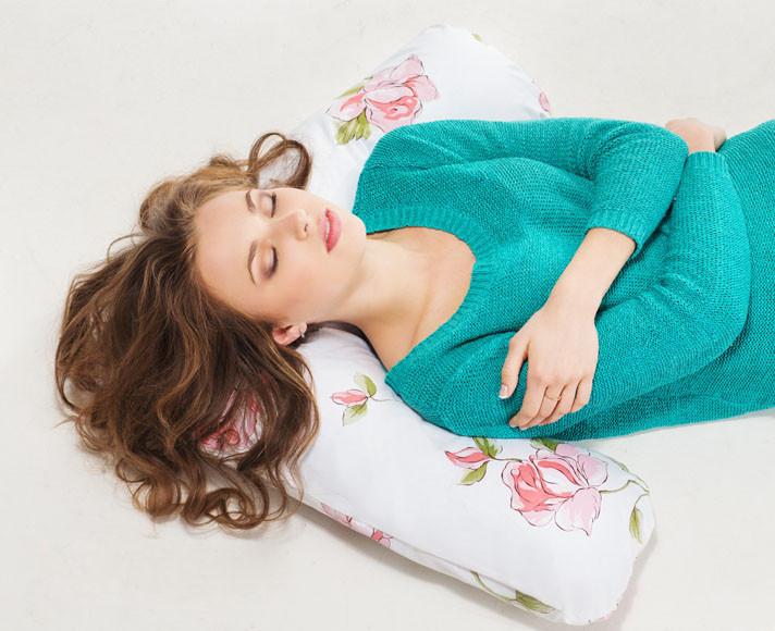 Иногда для нормализации сна достаточно просто поменять подушку и внимательно следить за уровнем влажности и температуры в спальне